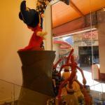 Dans quelle boutique de Disney Village peut-on voir cette sculpture ?